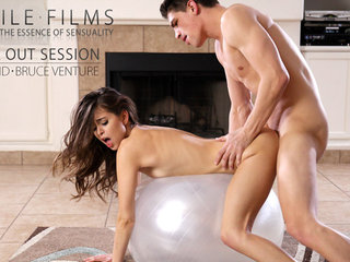 Stunning Riley Reid uses her whole stunning body..